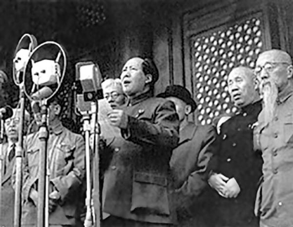 تجارت- فردا-   مائو در سال ۱۹۴۹ تاسیس جمهوری مردمی چین را اعلام میکند.