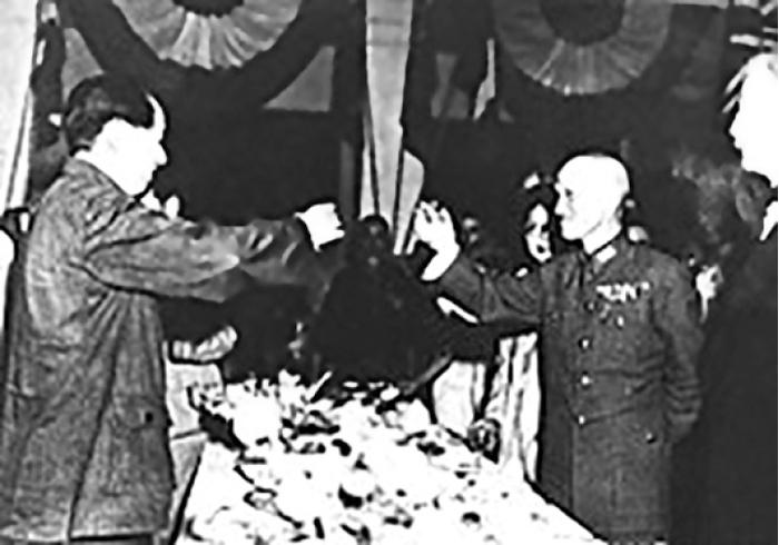 تجارت- فردا-   چیان کای شک و مائو پیروزی در جنگ جهانی را جشن میگیرند.